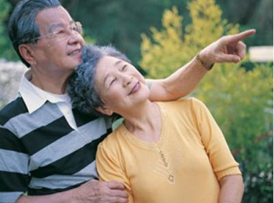 Nước ép hồng sâm hàn quốc 6 năm tuổi rất tốt cho sức khỏe người già.