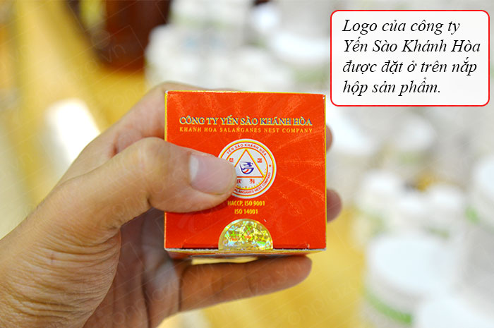 logo công ty yến sào được đặt trên nắp hộp
