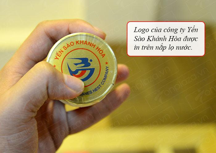 logo công ty yến sào được đặt trên nắp lọ nước